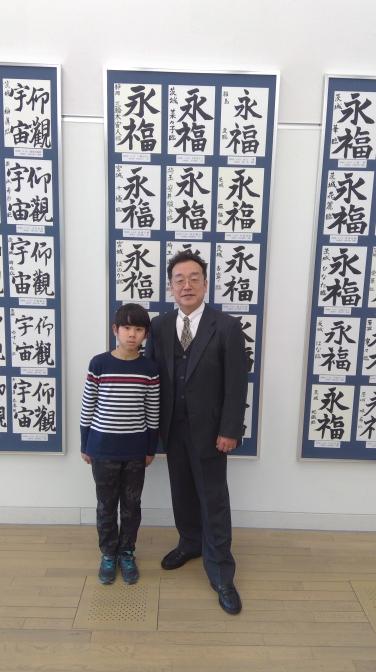 指導者の先生と記念撮影する学生が多数